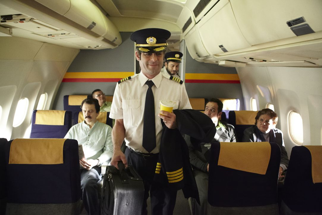 Captain Aldino Garanito Gomez (gespielt von Alex Karzis) und der erste Offizier Dennis Ferreira Quintal (gespielt von Rodrigo Fernandez-Stoll) beeil... - Bildquelle: Ian Watson Cineflix 2012/Ian Watson