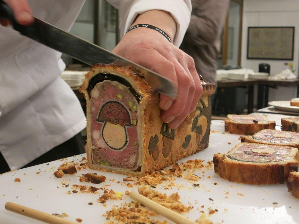 Die Menschen in Lyon lieben ihre Fleischprodukte und erschaffen wahre Kunstwerke aus Schweinefleisch. Anthony Bourdain besucht mit seinem Kumpel Dan... - Bildquelle: 2014 Cable News Network, Inc. A TimeWarner Company All rights reserved