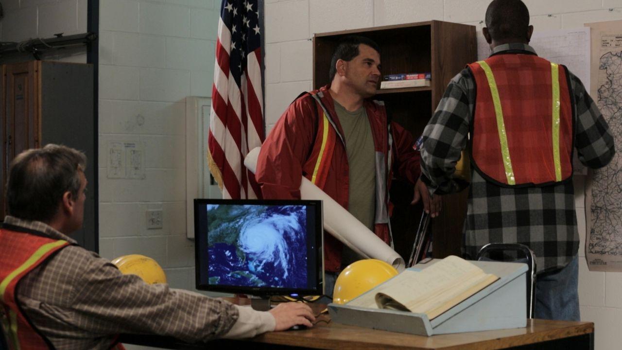 Rettungskräfte überwachen an den Bildschirmen die Ausläufer von Supersturm Sandy. Im New Yorker Stadtteil Queens kommt es durch beschädigte Kabel zu... - Bildquelle: 2014 The Weather Channel LLC