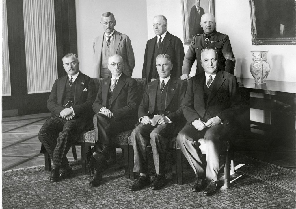 Das deutsche Reichskabinett von 1932: (v.l.n.r. - sitzend)  Otto von Braun, Freiherr von Gayl, Reichkanzler Franz von Papen, (v.l.n.r. - stehend) Ju... - Bildquelle: Imango/Schostal Archiv