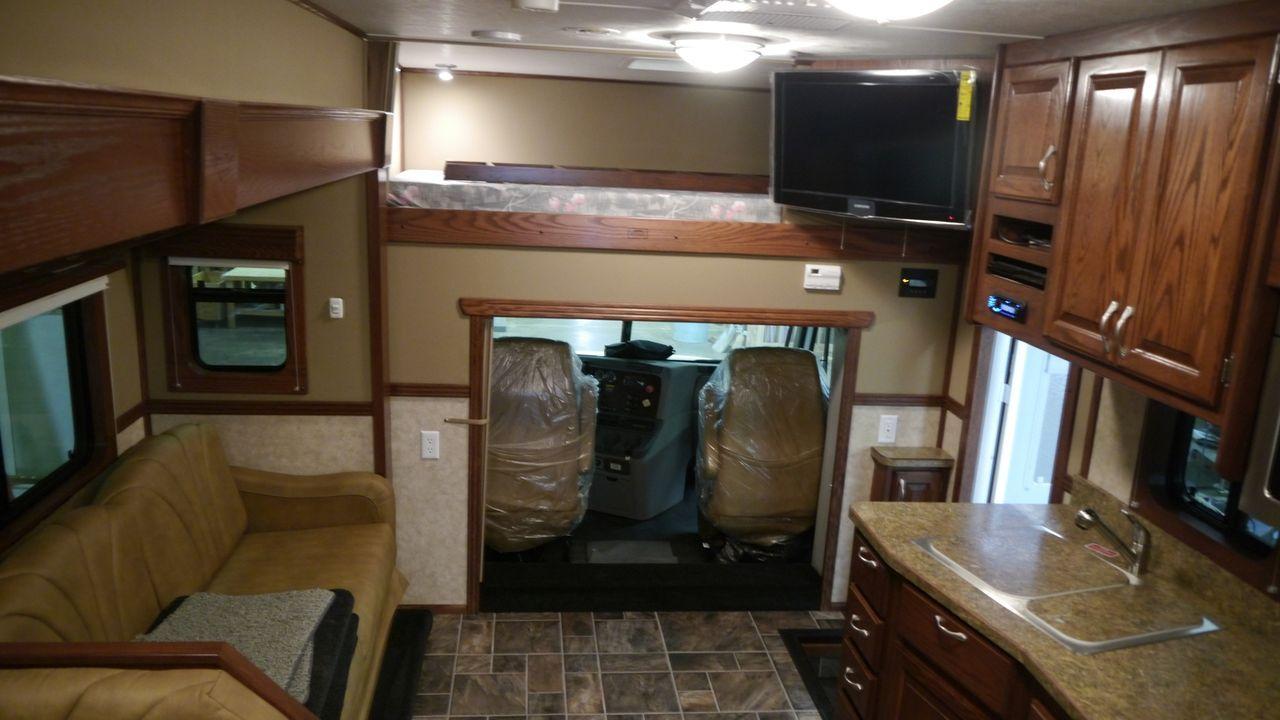 Bei Featherlite Ventare Coaches wird ein großer Reisebus in eine luxuriöse S... - Bildquelle: 2012, The Travel Channel, L.L.C. All Rights Reserved.