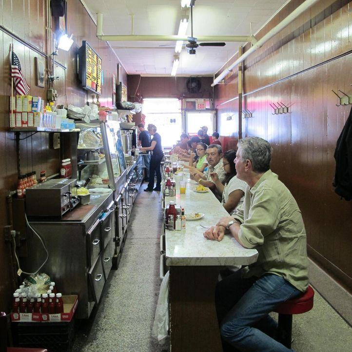 """Anthony Bourdain (r.) reist nach Detroit. Dort erforscht er die glorreichen Zeiten von """"Motor City"""" und trifft Menschen, die alles dafür tun, ihre V... - Bildquelle: 2013 Cable News Network, Inc. A TimeWarner Company. All rights reserved."""