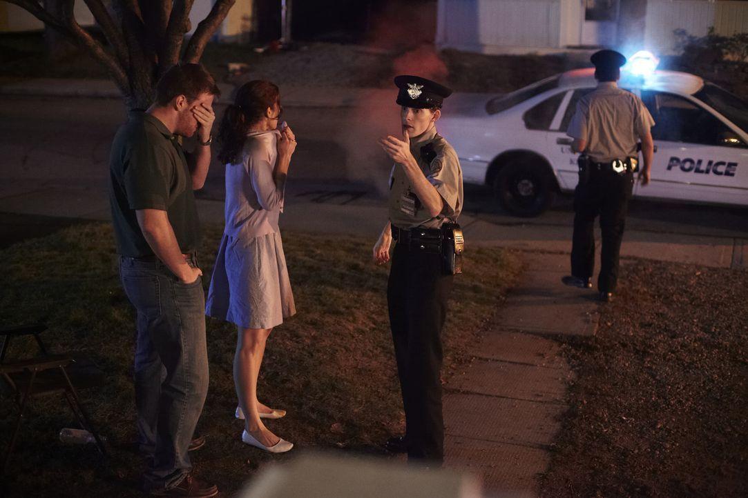 Nur wenige Minuten, nachdem der 21-jährige Trent Digiuro auf seiner Veranda erschossen wurde, ist Officer Mike Wright (Edgar Nentwig, 2 v.r.) vor Or... - Bildquelle: Darren Goldstein Cineflix 2011