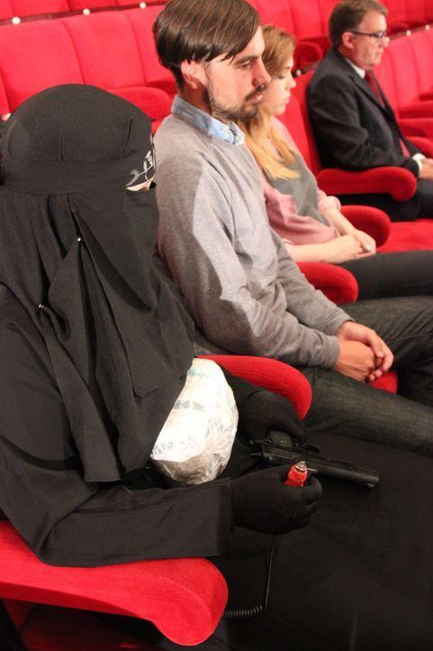 40 schwerbewaffnete islamistische Terroristen besetzen ein Theater mit über 800 unschuldigen Zivilisten. Sie stellen eine nicht erfüllbare Forderung... - Bildquelle: MMXII World Media Rights Limited