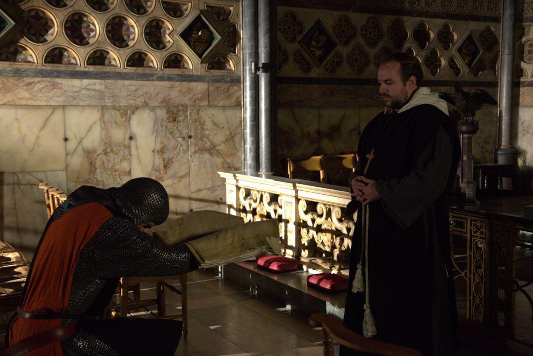 Ist dies der heilige Gral? Der Ritter Geoffrey de Charney (l.) übergibt das vermeintliche Grabtuch von Jesus Christus einem Priester der katholische... - Bildquelle: ELLIE