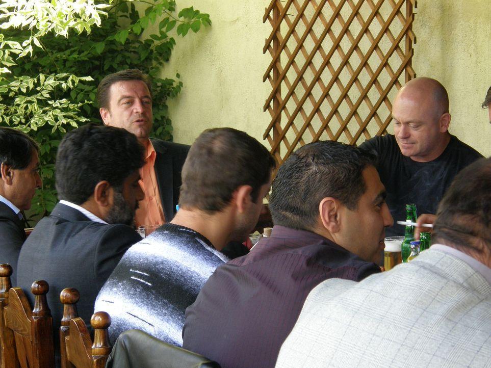 Ross Kemp (r.) trifft auf Roma-Gangs, die eine Verbindung zu der Kriminalität in London haben ... - Bildquelle: IMG Entertainment 2008