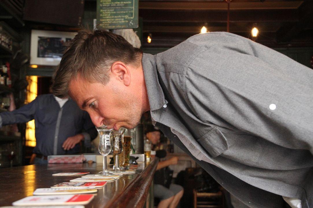 """Wie trinkt man(n) in Holland? Bar-Profi Jack Maxwell trinkt einen """"Kurzen"""" in einer der ältestesten Bar in Amsterdam ganz ohne die Hilfe seiner Händ... - Bildquelle: 2014, The Travel Channel, L.L.C. All Rights Reserved."""