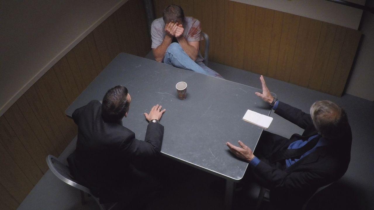 Beim Verhör mit der Polizisten flippt der Verdächtige Gary McAvoy (Mitte) völlig aus und gießt Kaffee über sein blutverschmiertes Shirt. Ist es das... - Bildquelle: LMNO Cable Group