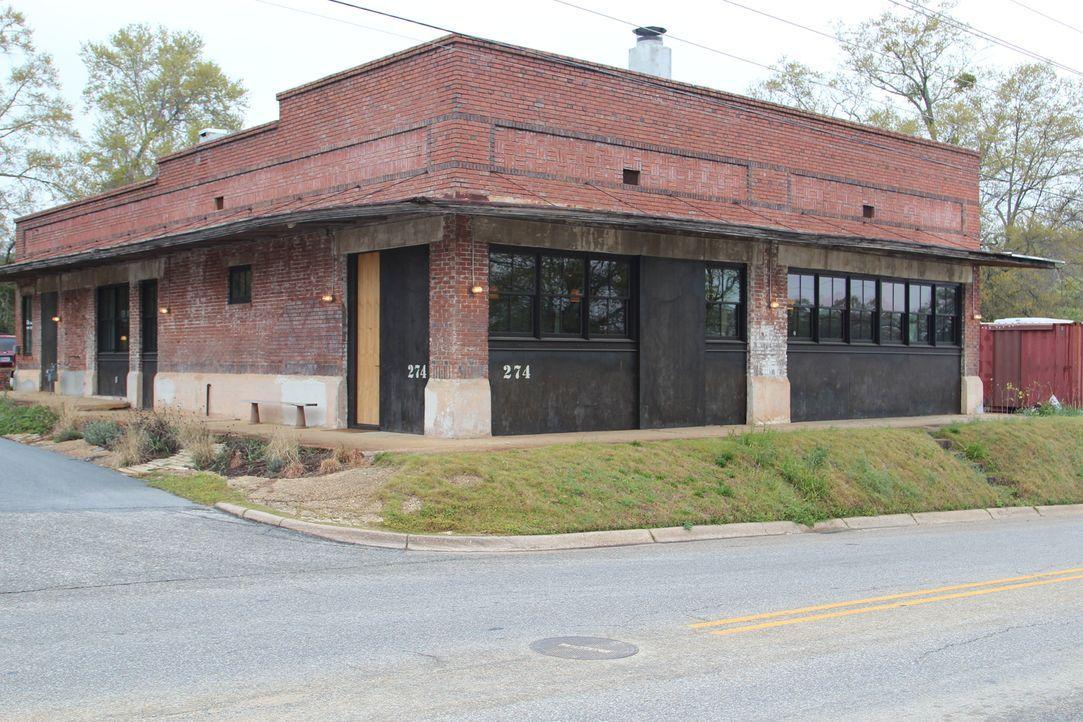 Die heutigen Hausbesitzer haben unter anderem eine Bar, ein Schulhaus sowie ... - Bildquelle: 2013, HGTV/Scripps Networks, LLC. All Rights Reserved.