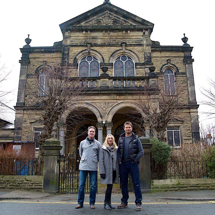 Mark (l.) und Laura (M.) sind Neulinge in Restaurierungsangelegenheiten. Dennoch haben sie sich Großes vorgenommen: Sie wollen aus zwei alten Kirche... - Bildquelle: Tiger Aspect Productions Ltd MMXIV