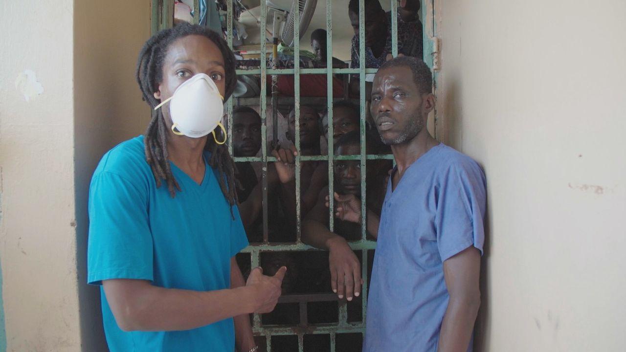 """""""Unreported World""""-Reporter Seyi Rhodes (l.) spricht im Gefängnis von Port-au-Prince, Haiti mit Tuberkulose-Patienten, die in einer viel zu kleinen... - Bildquelle: Quicksilver Media MMXVI"""