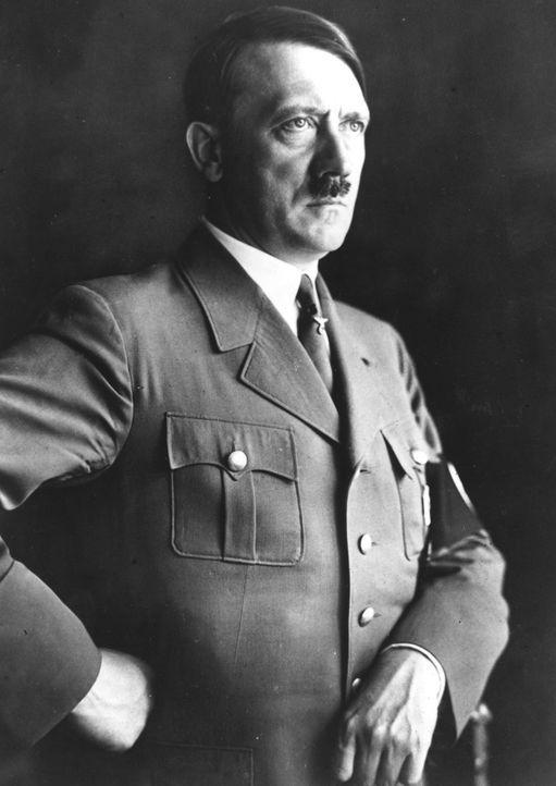 Für Adolf Hitler wird es immer schwieriger, sein Bild als siegreicher Führer aufrecht zu erhalten -eine verheerende Niederlage folgt auf die nächste... - Bildquelle: Fox Photos/Getty Images