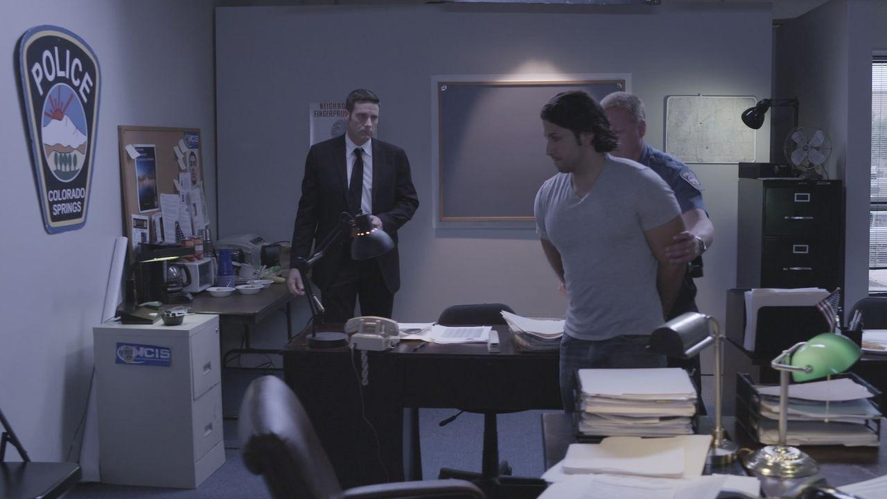 Nach dem Mord an Jungunternehmer Kelly Knudson nimmt  Lt. Joe Kenda (Carl Marino, l.) und sein Ermittlerteam den Tatverdächtigen Danny Orosco (2.v.r... - Bildquelle: Jupiter Entertainment