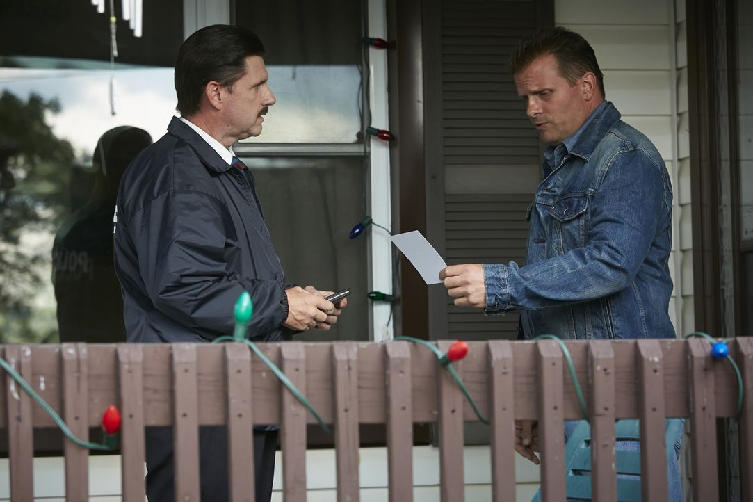Wer hat Kimberly Dunkin getötet? Auf der Suche nach dem Mörder befragt Ermittler Mike Hefley (Jeff Naworynski) den Veranstalter der Silvesterparty (... - Bildquelle: Ian Watson Cineflix 2015