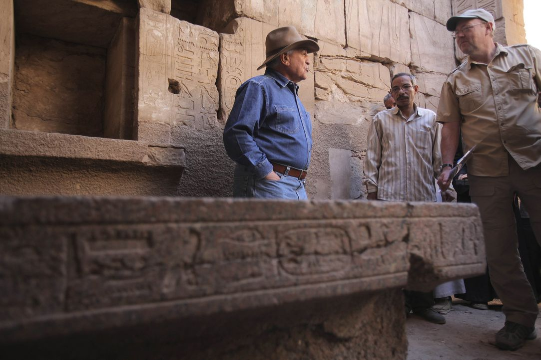 Zahis (l.) ereignisreicher Tag beginnt in der verlassenen Stadt Sakkara, wo er zwei Grabkammern öffnen wird. An der Seite von Zoe betritt er die ers... - Bildquelle: Shawn Baldwin