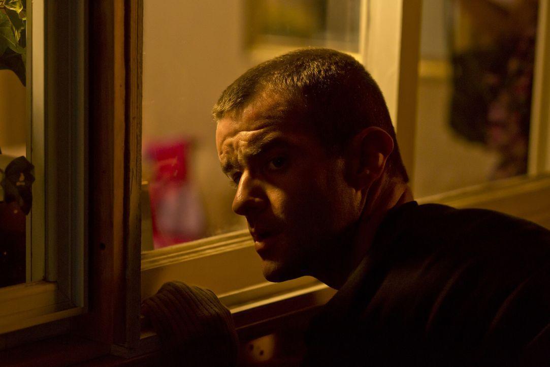 Der grausame Mörder aus der Nacht: Duane Owen (Josh Dolphin) beobachtet 14-jährigen Karen Slattery beim Babysitten durch ein Fenster und schleicht s... - Bildquelle: Panagiotis Pantazidis Cineflix 2013