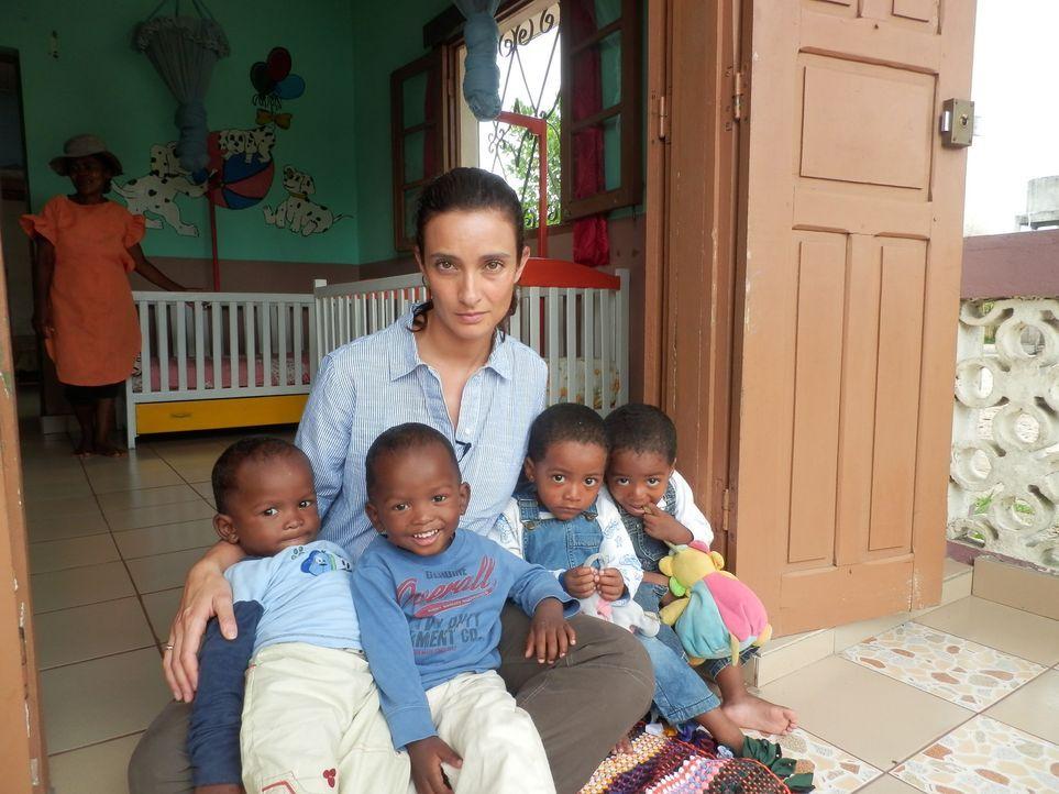 Reporterin Kiki King (hinten) besucht die Ostküste Madagaskars, an der Zwillinge als Unheilbringer gelten und meist sofort nach der Geburt verstoßen... - Bildquelle: Quicksilver Media 2012