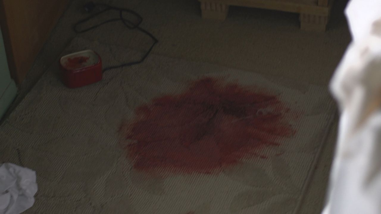 Schnell steht für die Ermittler fest, dass der Fundort der Leiche in der Wildnis nicht der Tatort sein kann: Jean Schwartz` Bett ist Blut getränkt .... - Bildquelle: LMNO Cable Gr
