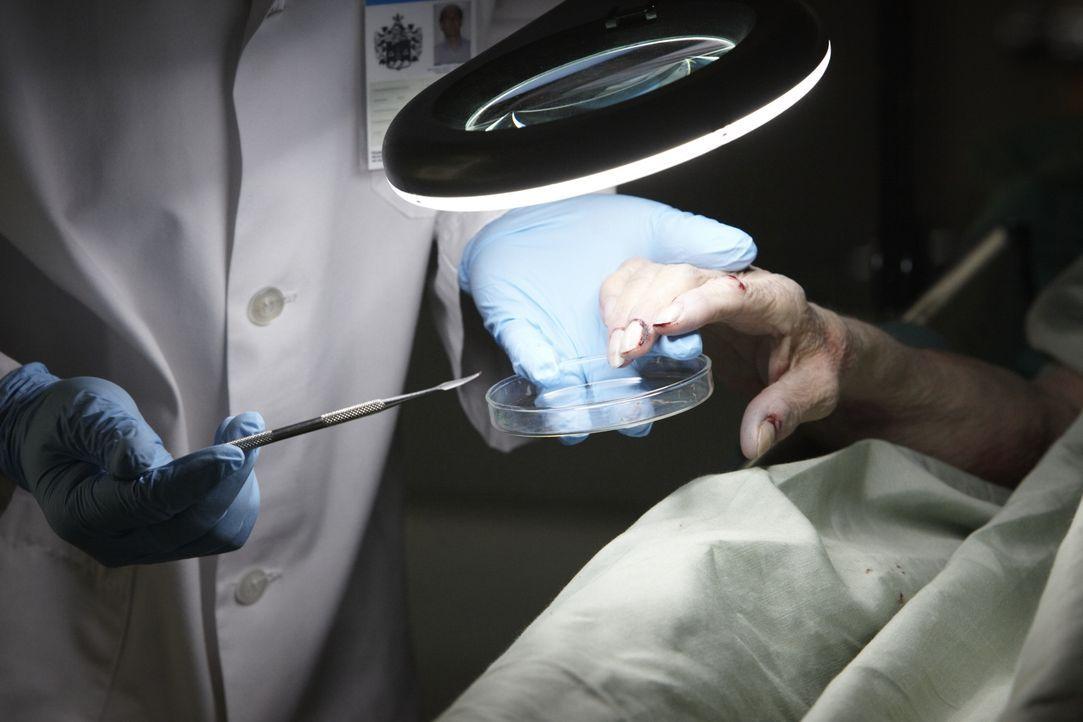 Um den Mord an der 84-jährigen Gladys Conrad aufzuklären, suchen Gerichtsmediziner an ihren Händen nach verwertbaren DNA-Spuren. Drei Jahre später g... - Bildquelle: Ian Watson Cineflix 2011