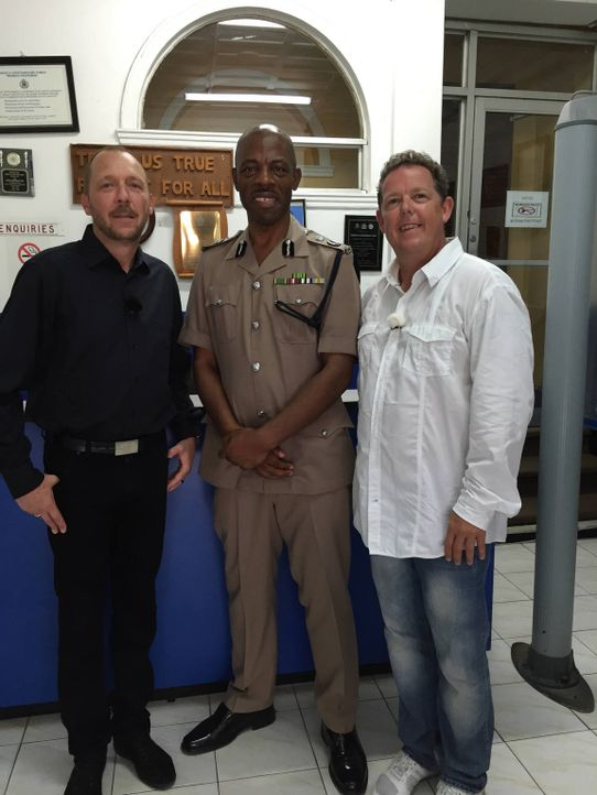 Toto (r.) und Harry (l.) begleiten ihre jamaikanischen Kollegen bei ihren harten Einsätzen ... - Bildquelle: kabel eins