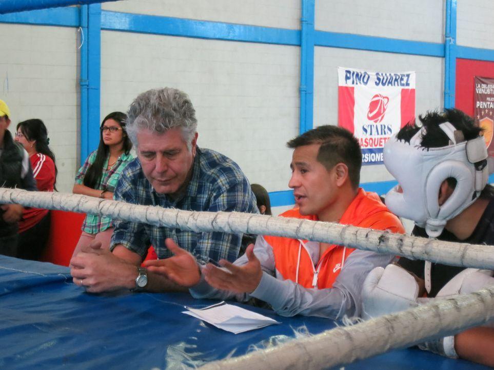 In Mexiko taucht Anthony Bourdain (l.) in die Welt des Boxens ein, in der viele junge Männer darum kämpfen, der Armut zu entgehen ... - Bildquelle: 2014 Cable News Network, Inc. A TimeWarner Company All rights reserved