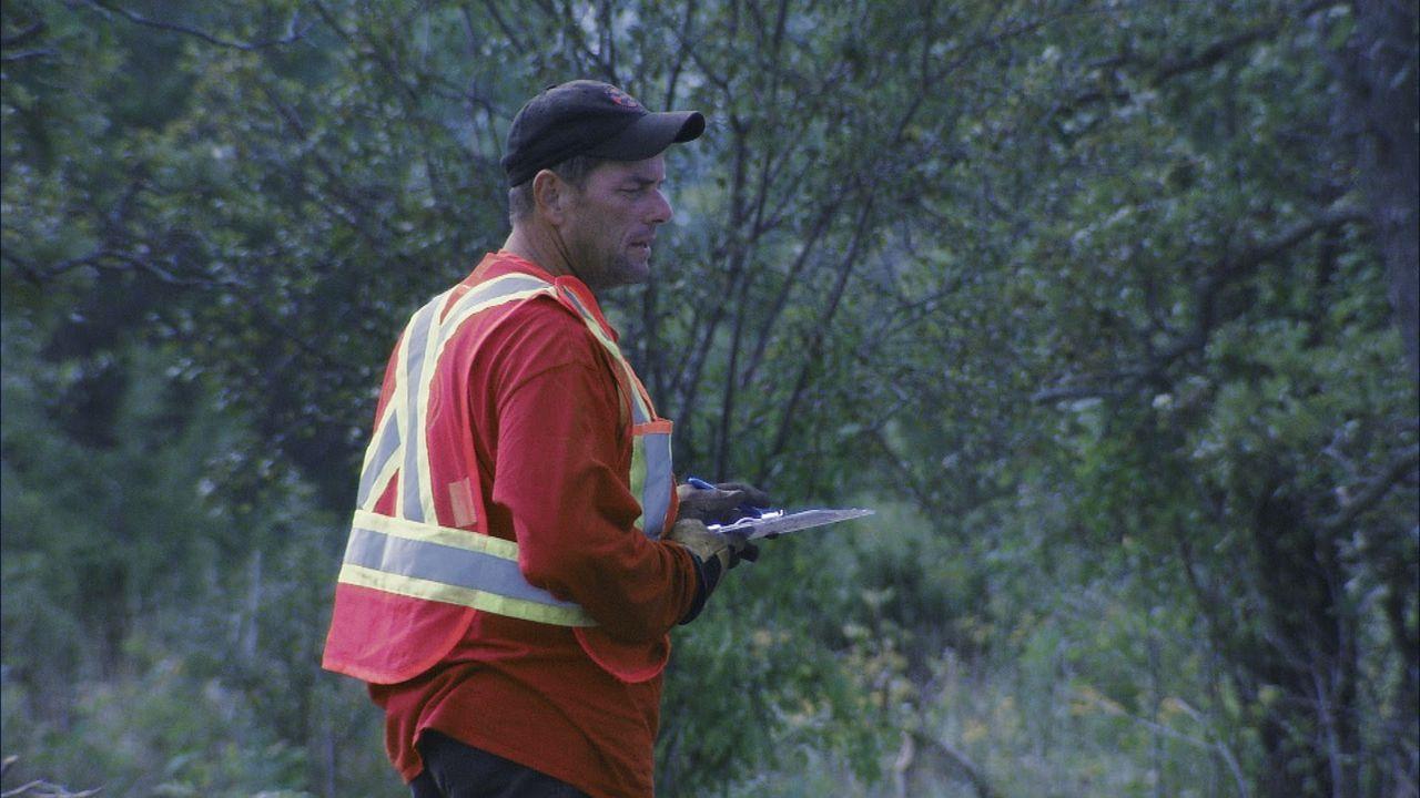 Bombenjäger Joseph muss sich in Geduld üben, weil ein Prüfer des Verteidigungsministeriums die Fundstelle besuchen möchte ... - Bildquelle: 2012 PIXCOM PRODUCTIONS INC.