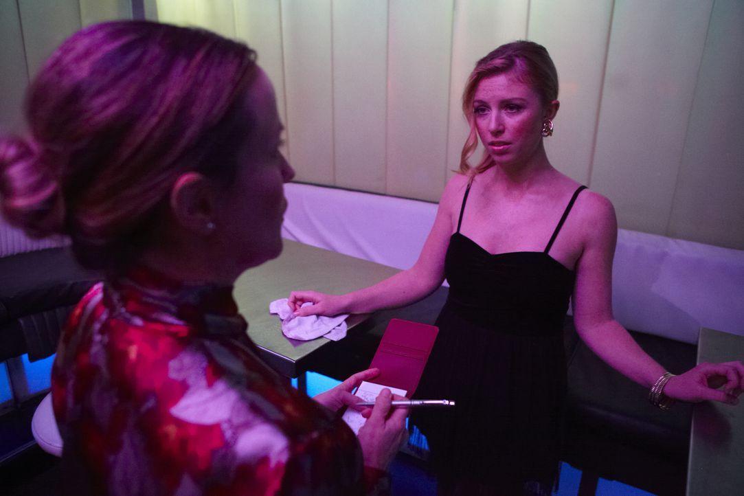 Auf der Suche nach dem Mörder der attraktiven Kellnerin Laurie Colannin befragt Ermittlerin Patricia Juhl (Jen Daniels, l.) ihre Kollegin Aimee (Dan... - Bildquelle: Darren Goldstein Cineflix 2011