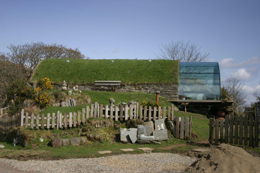 Laird Henderson liebt die Natur und möchte sich nun in einem schottischen Eishaus niederlassen. Saftige grüne Wiesen und dunkle Seen hätte er somit... - Bildquelle: Tiger Aspect Productions Limited 2010
