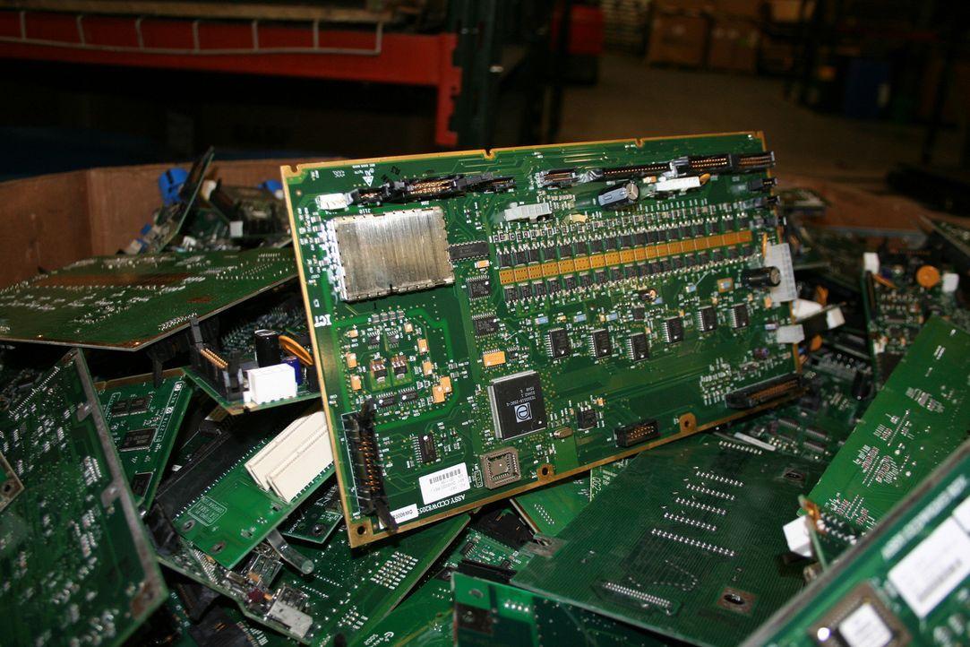 Während alte elektrische Geräte noch vor einigen Jahren einfach weggeworfen wurden, werden diese heute effektiv wiederverwertet. Diese Dokumentation... - Bildquelle: PMF/Klaire Markham