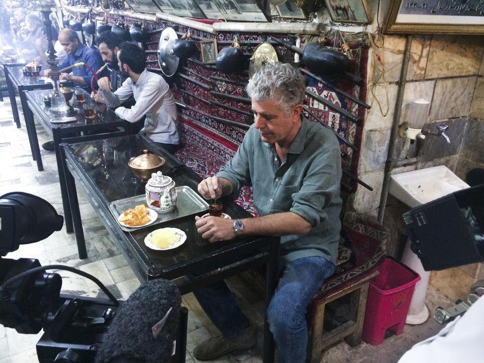 Auf seiner kulinarischen Reise um den Globus erkundet Anthony Bourdain (r.) den Iran. Ein ganz besonderes Abenteuer wartet auf ihn ... - Bildquelle: 2014 Cable News Network, Inc. A TimeWarner Company All rights reserved
