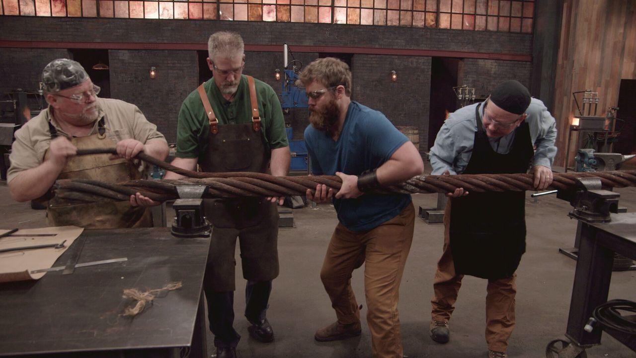 In diesem Wettkampf stellen vier professionelle Waffenschmiede ihr Können au... - Bildquelle: A&E Television Networks