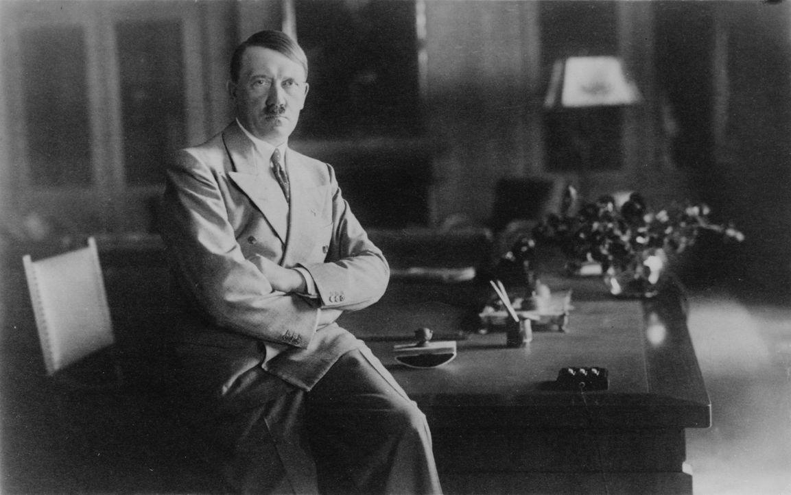 Als sich Deutschland in einer großen Depression befindet, versprechen Adolf Hitler (vorne 2.v.r.) und Joseph Goebbels (r.) neue Arbeitsplätze und ke...