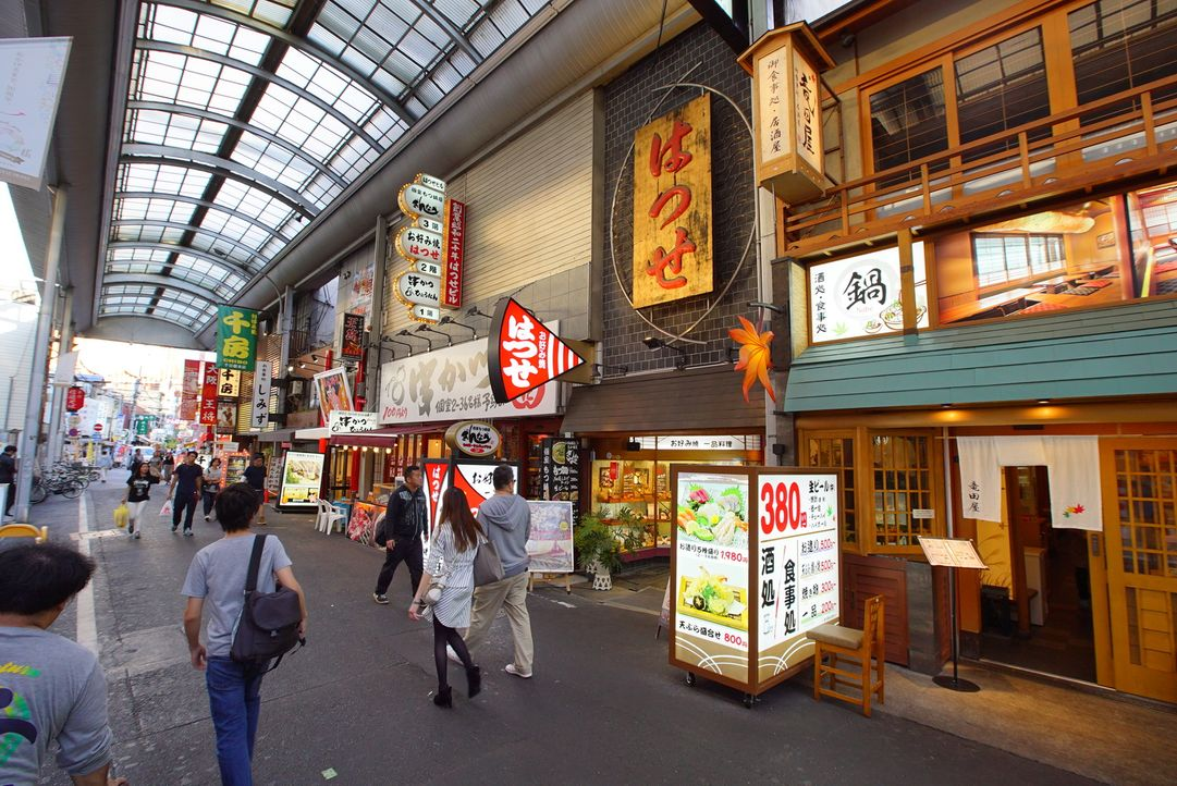 In Osaka probiert Andrew Zimmern japanisches Soulfood: knuspriges Gemüse, fr... - Bildquelle: 2016,The Travel Channel, L.L.C. All Rights Reserved