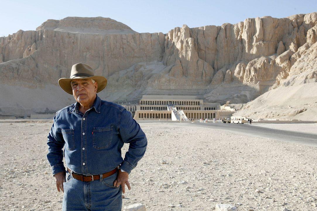 Pyramiden und Grabstätten sind das zweite Zuhause des Wissenschaftlers: Der Archäologe und Ägyptologe Dr. Zahi Hawass (Foto) ... - Bildquelle: Shawn Baldwin 2010 A&E TELEVISION NETWORKS. All Rights Reserved.