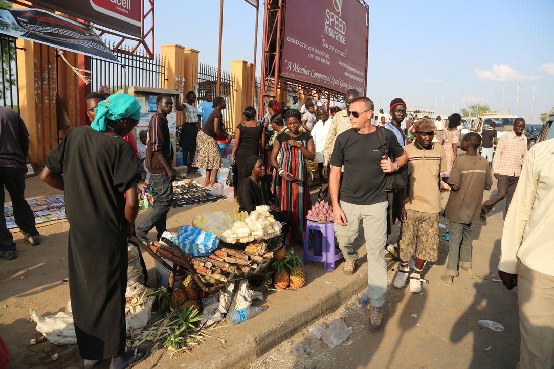 Reporter Tom Waes (vorne r.) macht sich auf den Weg in den Südsudan - einen Ort, um den der Pauschaltourist einen Riesenbogen macht. Dort erlebt er... - Bildquelle: 2013 deMENSEN