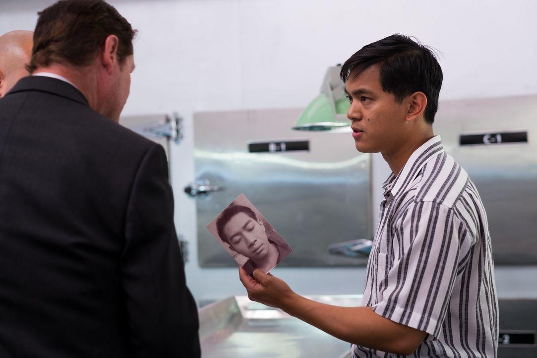 Gemeinsam mit einem philippinischem Kollegen befragt Privatdetektiv Steve Rambam (l.) den Pathologen in Manila. Dabei stellen sie fest, dass die ide... - Bildquelle: Darren Goldstein Cineflix 2015