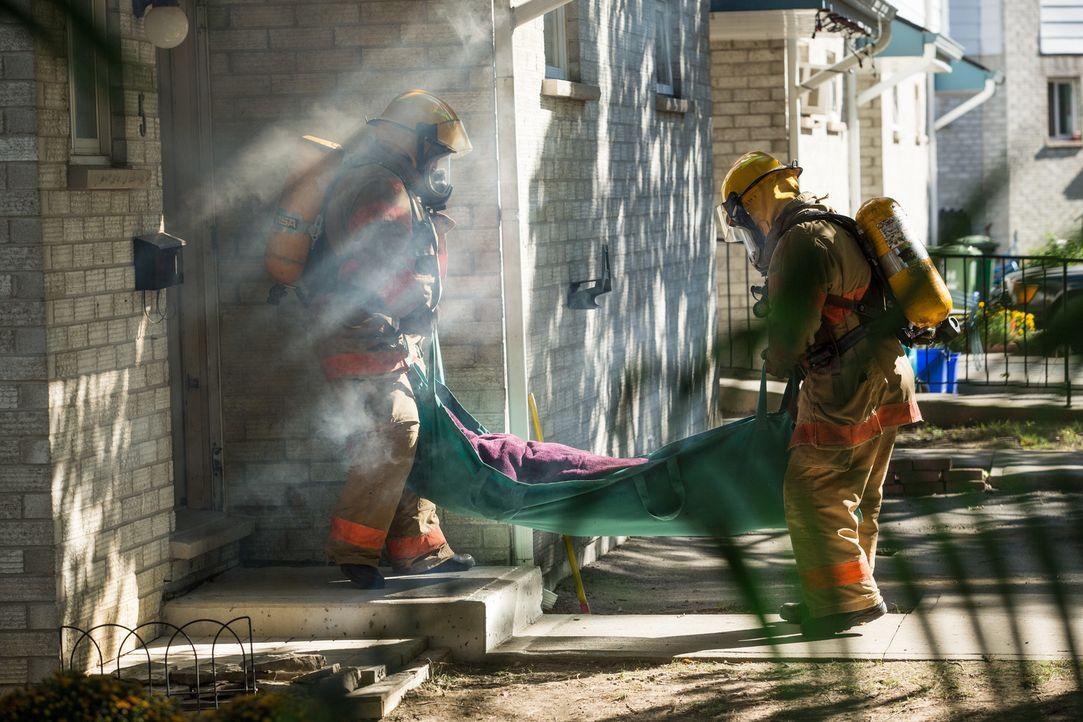 Als die Rettungskräfte die verbrannte Leiche der 20-jährigen Studentin Kathleen Smith aus Tempe, Arizona bergen, gibt es zwar Verdächtige, jedoch ke... - Bildquelle: Darren Goldstein Cineflix 2013