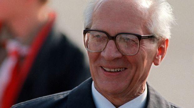 Im Alter von 81 Jahren stirbt Honecker in Santiago de Chile.