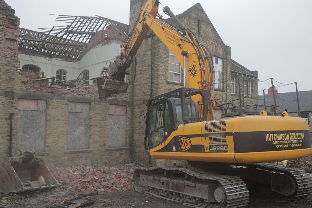 Historischer Abriss: Um Platz für ein neues Gebäude zu schaffen, muss die 100 Jahre alte Schule in Barnsley, England weichen. - Bildquelle: Back2Back Productions Limited