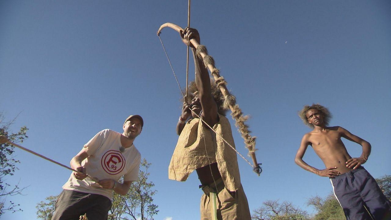 Jan Schwiderek (l.) besucht die Hadzabe, eine Volksgruppe aus Tansania, die noch traditionell als Jäger und Sammler lebt ... - Bildquelle: kabel eins Doku