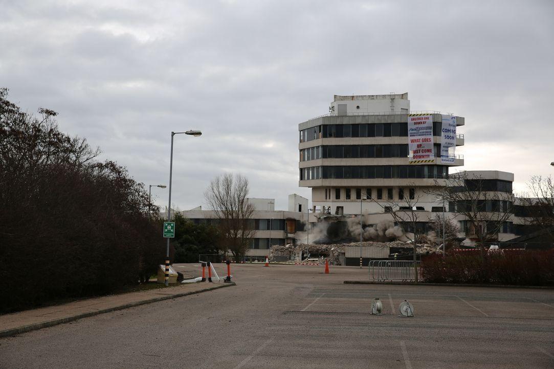 """Wie bringt man einen Turm zu Fall? In dieser Folge von """"Scrap Kings"""" sprengen die Abrissexperten den """"Ernie Tower"""" in Blackpool, England. - Bildquelle: Back2Back Productions Limited"""