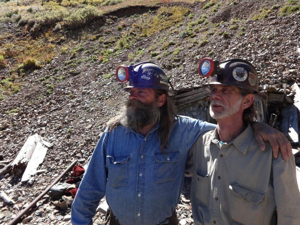 Brian (l.) und Yolanda dürfen in Bobs (r.) Mine graben und stoßen tatsächlich auf eine Gold-Ader ... - Bildquelle: High Noon Entertainment 2014