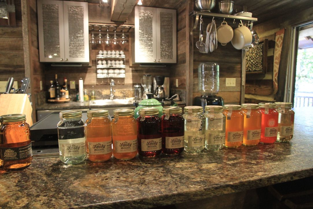 "Schnaps im Einmachglas: Den ""Smoky Moonshine""-Whisky gibt es in verschiedenen Geschmacksrichtungen wie Apfel, Orange, Kirsche und Co ... - Bildquelle: 2014, The Travel Channel, L.L.C. All Rights Reserved."
