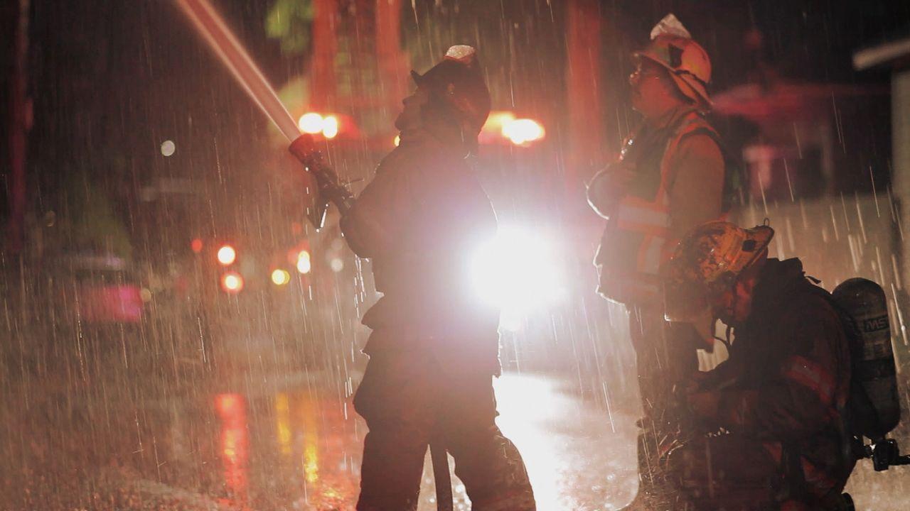 Wasser marsch! Die Nachtschicht der Feuerwehr in New Orleans wird zu einem Häuserbrand gerufen. Können Sie das Haus vor der vollständigen Zerstötung... - Bildquelle: 2015 Wolf Reality, LLC and 44 Blue Productions, Inc.  All Rights Reserved.