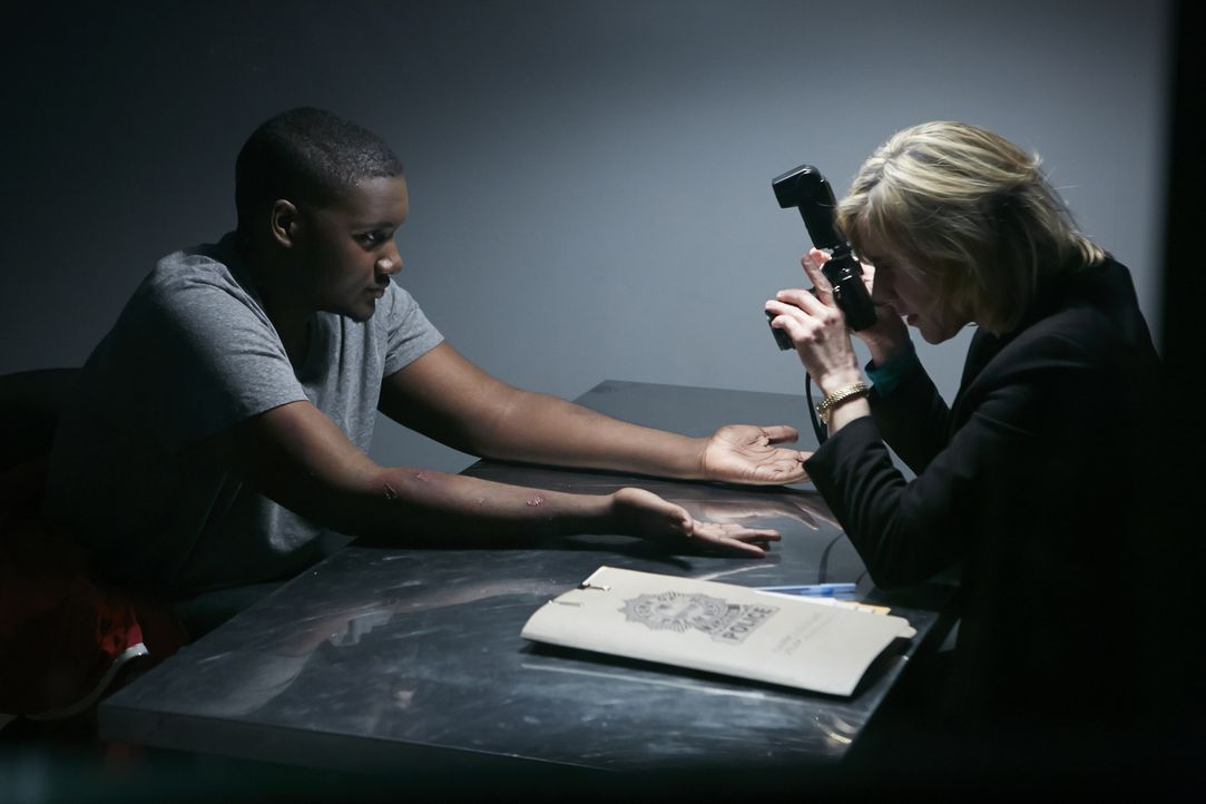 Die einzigen Zeugen des brutalen Mordes an Cathy Lambs sind ihre Hunde. Können Bissspuren an den Armen eines Verdächtigen (Claude Lule, l.) Detectiv... - Bildquelle: Ian Watson Cineflix 2014