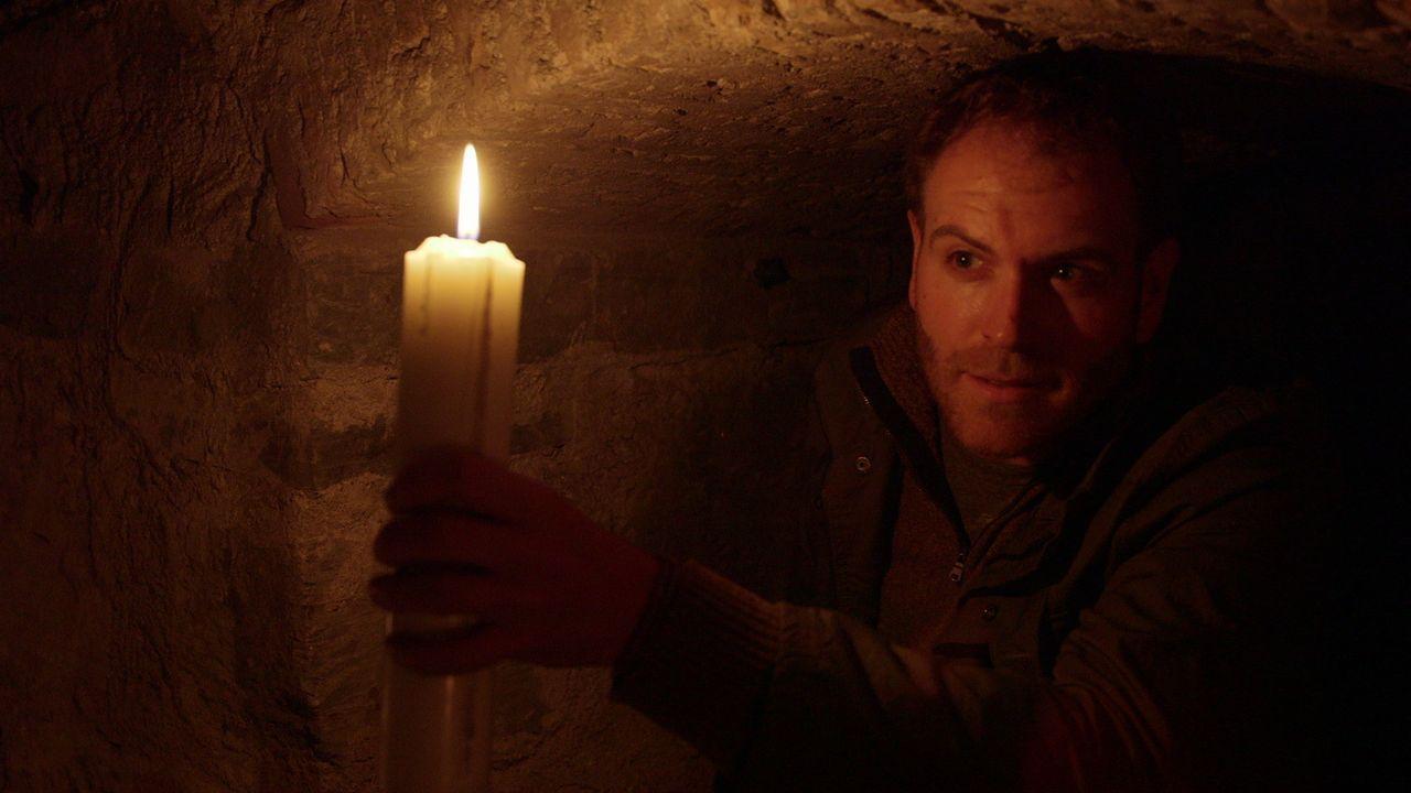In der Gruft einer Kirche sucht Josh nach dem besonderen Sonnenstein der Wikinger ... - Bildquelle: 2015, The Travel Channel, L.L.C. All Rights Reserved.