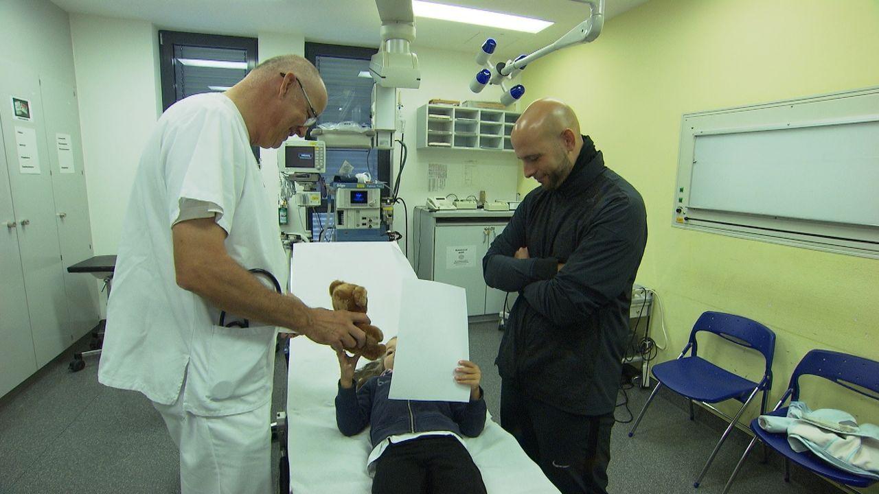 Auch die kleinen Patienten sind bei Chefarzt Dr. med.Peter-Friedrich Petersen (l.) in der zentralen Notaufnahme in den besten Händen. Seine Mission... - Bildquelle: kabel eins