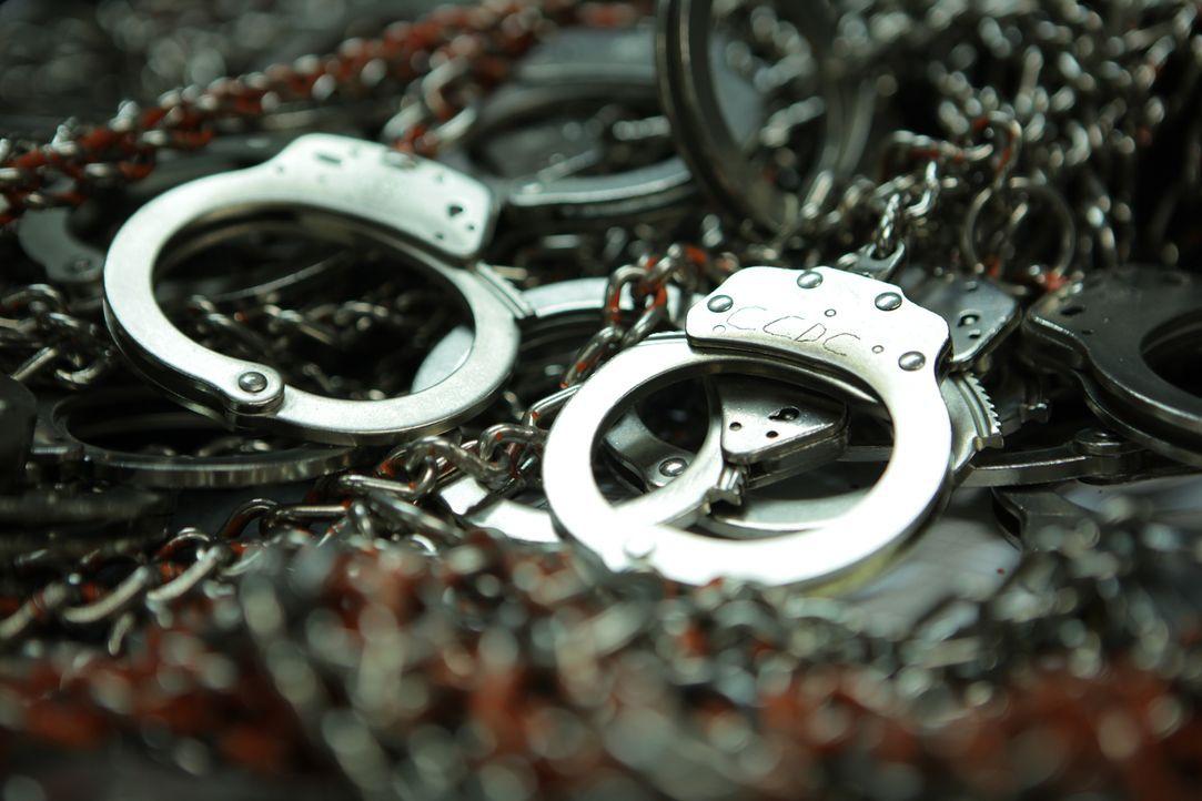 Wie sie Handschellen, Fußfesseln, Bauchketten und ähnliches richtig verwenden, lernen Justizvollzugsbeamte während ihrer Ausbildung ... - Bildquelle: James Peterson National Geographic Channels/ Part2 Pictures