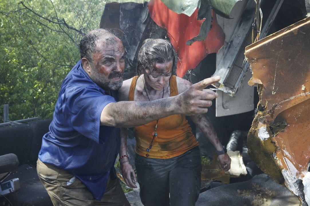 Hilfe zur Selbsthilfe: Hector Ugarte (l.) hilft einer weiblichen Überlebenden kurz nachdem Flug 204 in Pucallpa/ Peru abgestürzt ist. Obwohl die Mas... - Bildquelle: Ian Watson Cineflix 2012