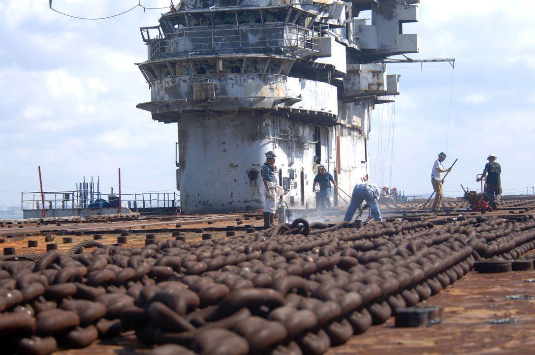 Endstation Meeresgrund: Ausgemusterte Schiffe werden in ihre Einzelteile zerlegt und verkauft oder im Meer versenkt, wo sie dann als künstliche Riff... - Bildquelle: Courtesy of Perpetual Motion Films, Inc